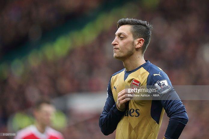 Ozil dejaría el Arsenal si Arsene Wenger sigue al cargo